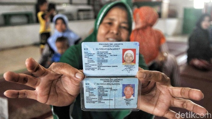 Suku Dinas Kependudukan dan Catatan Sipil Jakarta Utara membuatkan kartu keluarga (KK) baru bagi warga yang tinggal di shelter Kampung Akuarium. (Pradita Utama/detikcom)