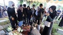 Sandy Pas Band Bantu Angkat Jenazah Andika Kerispatih ke Pusara