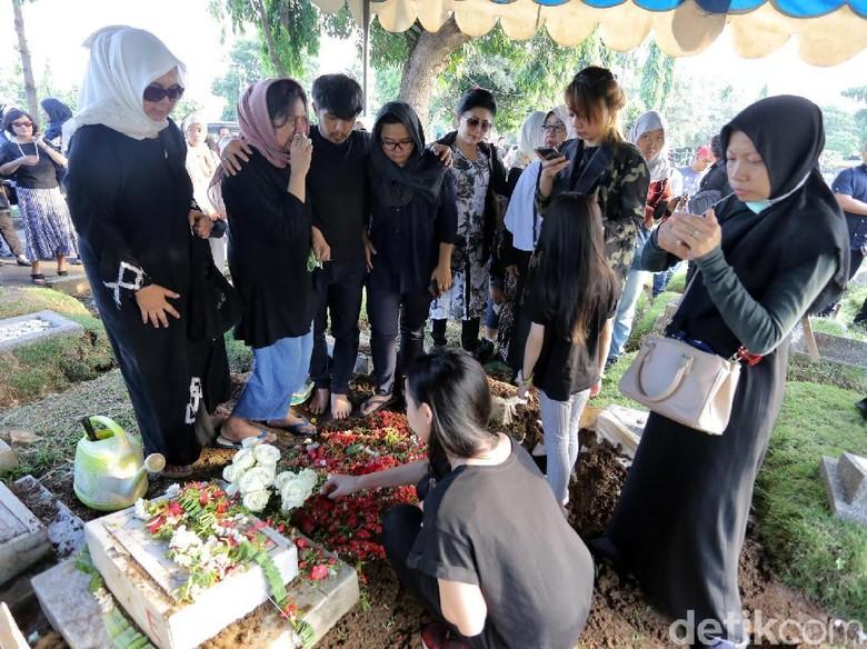 Foto: Pemakaman Andika Kerispatih (Hanif Hawari/detikHOT)