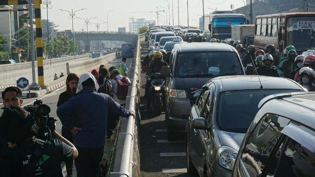 Underpass Matraman lengang. Namun, lalu lintas di kawasan Matraman macet akibat rekayasa lalin.  waktu tempuh dari arah Jalan Pramuka ke Jalan Proklamasi bisa mencapai satu jam