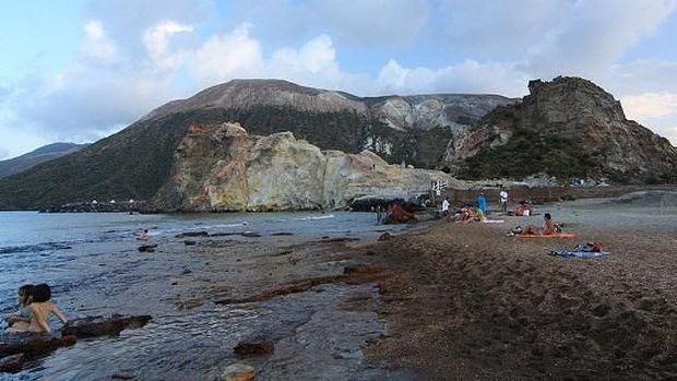 Puas berendam, lanjut bersihkan diri di laut (Visit Sicily)