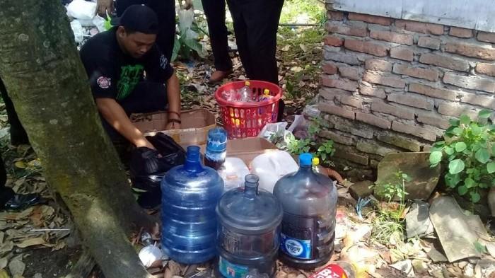 Penyalahgunaan alkohol dalam bentuk miras oplosan banyak menelan korban jiwa (Foto: Dony Indra Ramadhan)