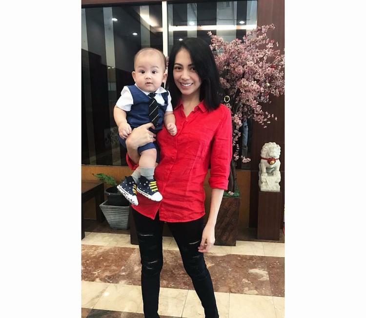 Ini dia Kezia Karamoy bersama si kecil Alfredo Elfata Narang. (Foto: Instagram/itskeziakaramoy)