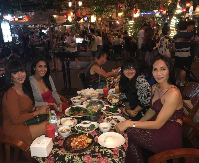 Sering bolak-balik ke Thailand, Melly kali ini bersantai bersama teman-temannya di Khao San Road. Mereka memilih aneka menu khas negeri gajah putih untuk makan malam. Foto: Instagram melly.bradley