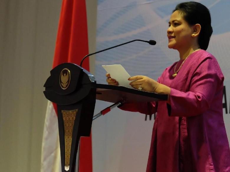 Tak Terlihat Dikawal, Iriana Jokowi Tunggu Pesawat Delay di Bandara