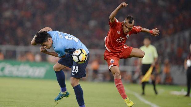 Riko Simanjuntak gagal menuntaskan peluang untuk menambah gol Persija ke gawang Borneo FC.
