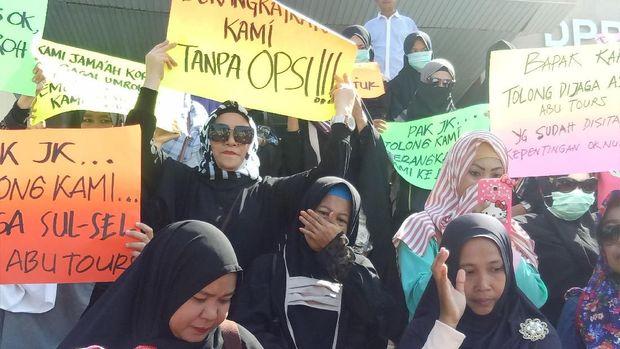 Diwarnai Tangis, Para Agen Abu Tours Demo DPRD Sulsel
