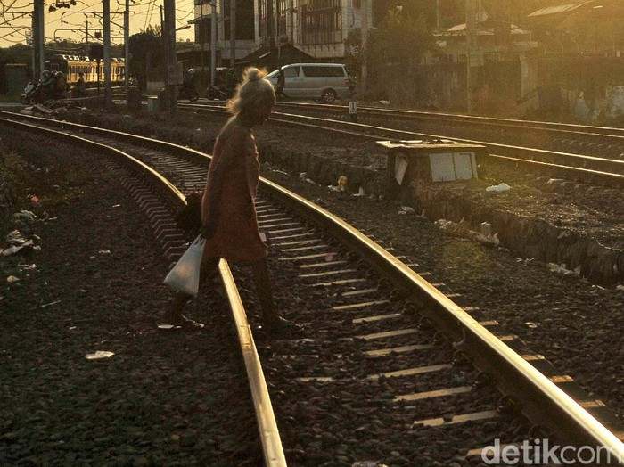 Kemiskinan membuat sejumlah warga tinggal di pinggir rel kereta api di kawasan Pademangan, Jakarta Utara. Begini potretnya.