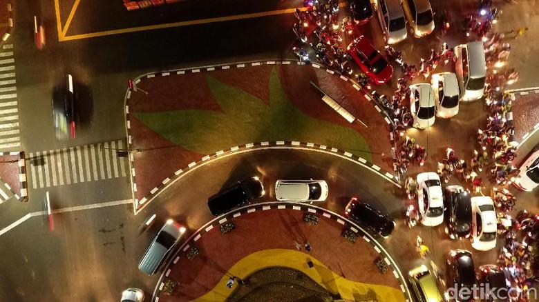 Kendaraan melewati Underpass Mampang-Kuningan. Pembangunan underpass diharapkan bisa mengurangi kemacetan di kawasan itu. Foto: Muhammad Abdurrosyid