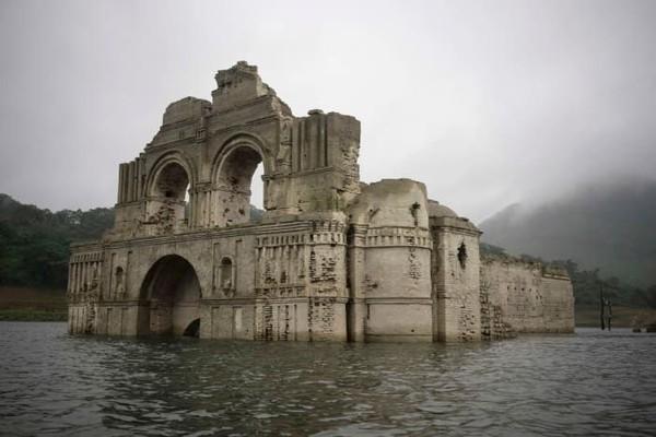 Alhasil banyak penduduk yang meninggalkan area Temple of Santiago dan tidak kembali lagi (CNN Style)