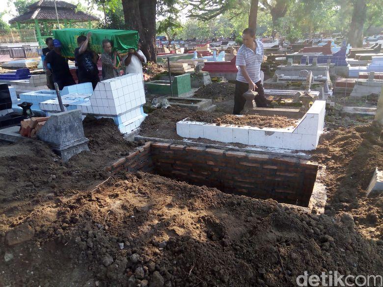 Sesuai amanatnya, Danarto dimakamkan di sebelah makam kedua orang tuanya. Bayu Ardi Isnanto/detikcom