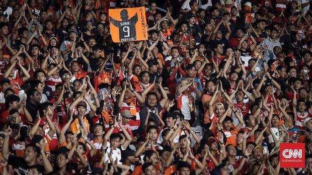 Suara dukungan Jakmania terdengar dari awal hingga akhir laga di markas Tampines Rovers.