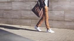 Jalan kaki disebut-sebut sebagai olahraga paling praktis, murah sekaligus gampang dilakukan. Dari cara berjalan pula, kepribadian seseorang bisa tercermin.