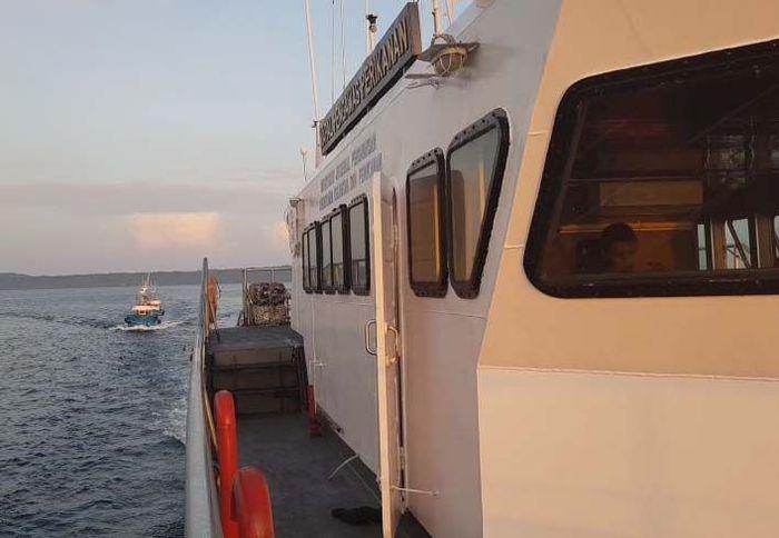 Kapal pengawas Hiu Macan Tutul 001 mengamankan 2 kapal tersebut ke Pangkalan PSDKP Bitung. Sementara untuk satu kapal sisanta berhasil kabur. Pool/KKP.