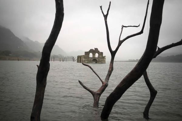Setelah ditenggelamkan pada tahun 1966, gereja di Meksiko yang berumur 400 tahun ini muncul ke permukaan. Sejumlah turis yang penasaran pun datang ke lokasi gereja tersebut (CNN Style)