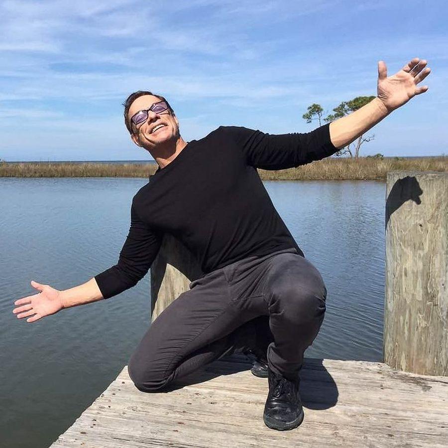 Selain disibukan dengan proyek film dan bela diri, Jean Claude Van Damme atau dikenal juga dengan JCVD juga suka traveling. (jcvd/ Instagram)