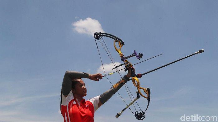 Dellie Threesyadinda saat berlatih di lapangan panahan, kompleks GBK, Senayan. (Grandyos Zafna/detikSport)