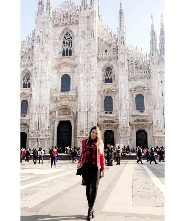 Larissa Pereira berpose di depan Menara Eiffel, Prancis (larissa_peereira/Instagram)