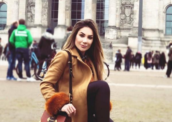 Lihat saja Instagram Larissa Pereira. Dia juga suka memasang Story Highlights yang isinya liburan ke berbagai destinasi hits dunia (larissa_peereira/Instagram)