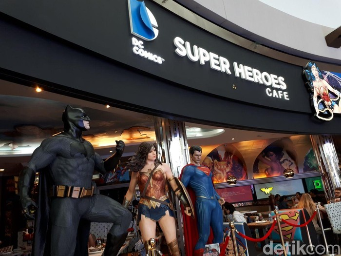 DC Comics Superheroes Cafe berlokasi di lantai 3 The Shoppes, Marina Bay Sands, Singapura. Mampir ke kafe ini, kamu langsung disambut figur superhero kesayangan. Foto: dok. detikFood