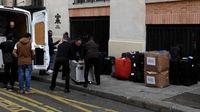 Butuh banyak orang untuk memindahkan tasnya (Eric Feferberg/AFP)