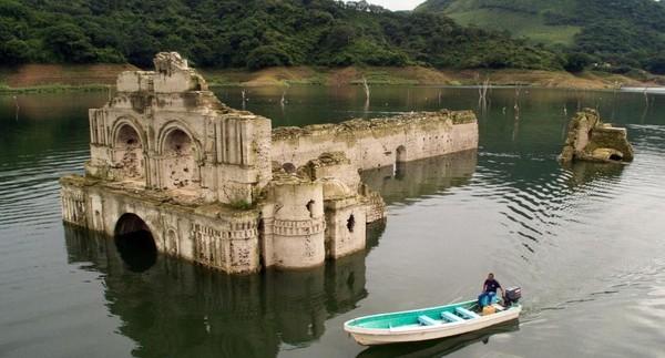 Berbeda dengan kejadian di tahun 2002, pada tahun 2015 lalu Temple of Santiago kembali muncul setengah ke permukaan. Traveler yang mau berkunjung harus menyewa kapal boat penduduk sekitar, karena air tidak sepenuhnya surut (BBC Travel)