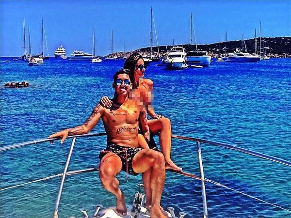 Firmino dan istri sering liburan bersama, saat libur musim pertandingan. Ini pose mereka berdua di Porto Cervo, suatu kawasan pesisir yang indah di Italia (larissa_peereira/Instagram)