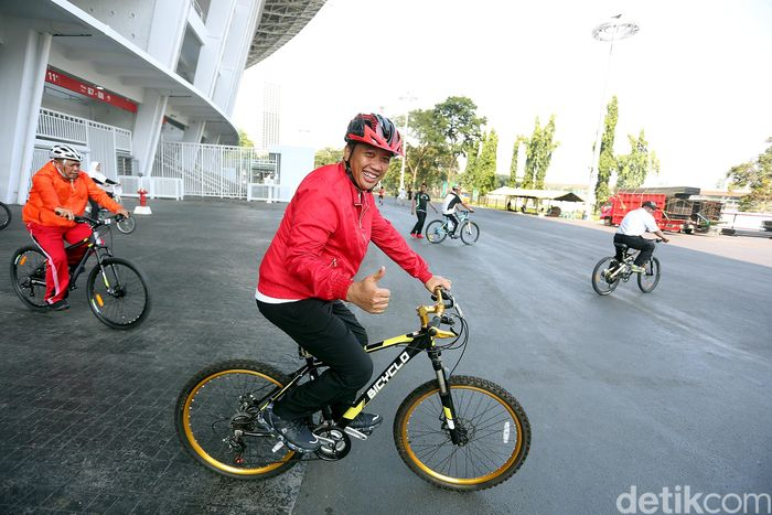 Imam Nahrawi bersama pegawai Kementerian Pemuda dan Olahraga gowes sepeda mengelilingi SUGBK.
