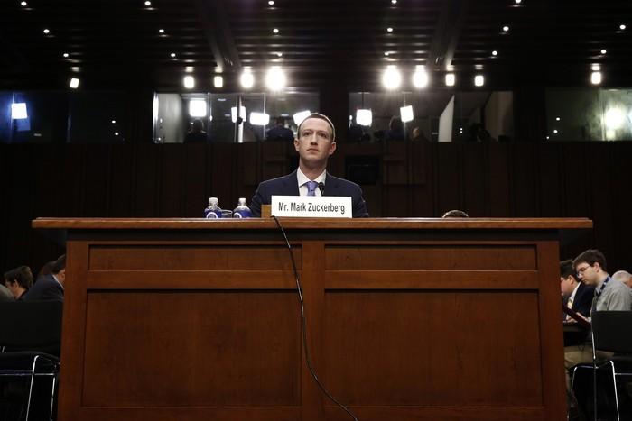 Mark Zuckerberg yang Makin Sendiri