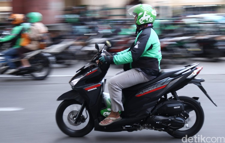 Puluhan Ojek Online menguasai Jalan Mangga Dua, tepatnya di depan Mal Mangga Dua, Jakarta. Aksi tak tertib itu akan mengganggu lalu lintas di kawasan tersebut.