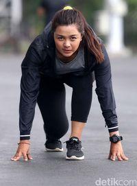 Dellie Threesyadinda saat berlatih fisik di SUGBK