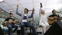 Kolaborasi Bareng Iwan Fals, DMASIV Sajikan Musik 2 Era di Sweet 17 Transmedia