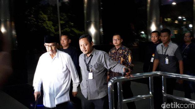 Pakai Tongkat, Bupati Bandung Barat Tersangka Suap Tiba di KPK