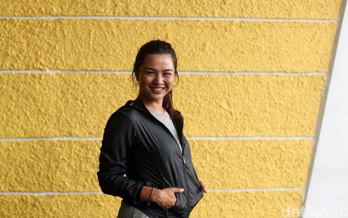 Dinda, sapaan karib Dellie Threesyadinda, sudah mengenal panahan sejak usia 5 tahun. Tahun ini menjadi tahun ke-23 dia menekuni olahraga tersebut.
