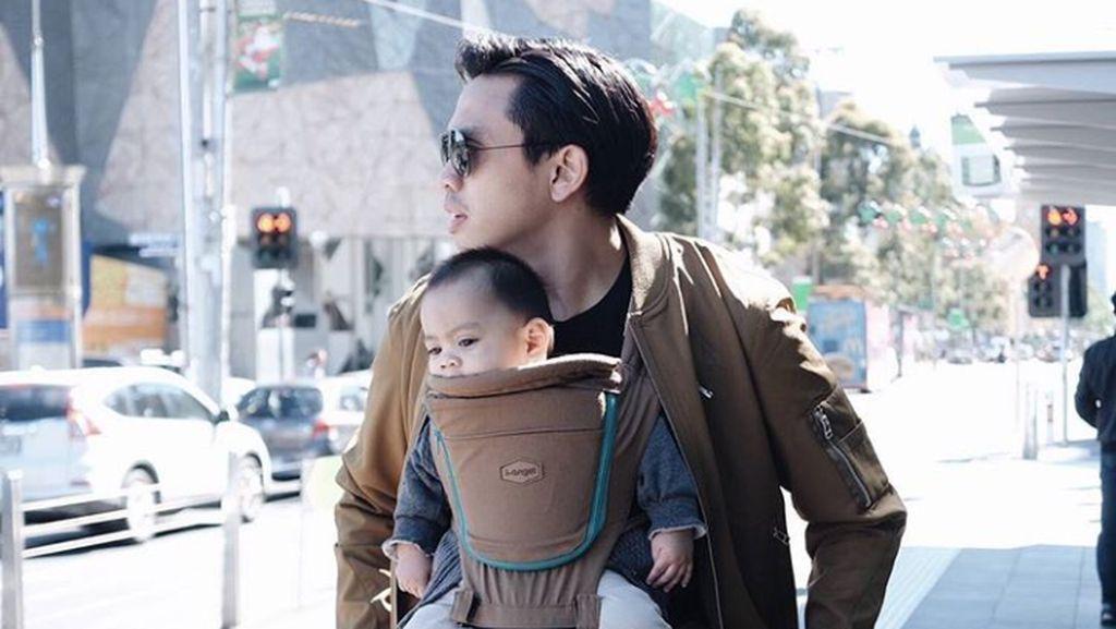 Ini Buktinya Ditto adalah Ayah yang Piawai Menggendong Anak