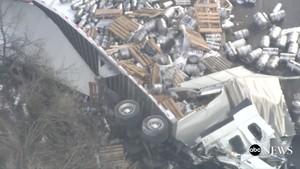 Foto: Truk Pengangkut Kecelakaan, Bir Berserakan di Jalanan AS