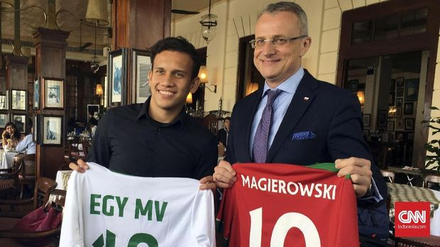 Egy Maulana Vikri (kiri) kini merumput di klub Lechia Gdansk. (