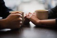 Romantis Banget! Pasangan Ini Bikin Foto Prewedding di Gerai Starbucks