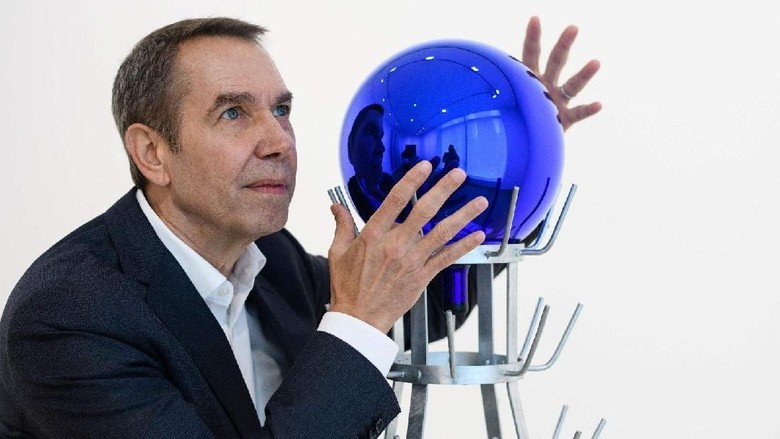Foto: Jeff Koons dan Gazing Ball di Hong Kong tahun 2016 (Anthony Wallace/AFP/Getty Images)