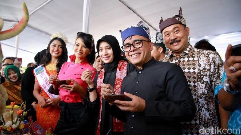 Banyuwangi menggelar Festival Banyuwangi Kuliner (Bakul) yang berlangsung meriah. Tema kuliner lokal yang diangkat tahun ini adalah Ayam Kesrut. (Ardian Fanani/detikTravel)