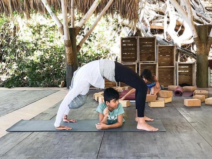 Ibu dari dua orang anak ini menjadi inspirasi warganet karena rajin olahraga di rumah di tengah kesibukannya. Foto: Instagram/zallibhai