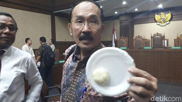 Fredrich Yunadi bawa bakpao di persidangan