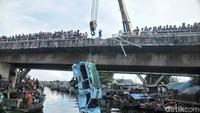 Proses evakuasi menggunakan crane.