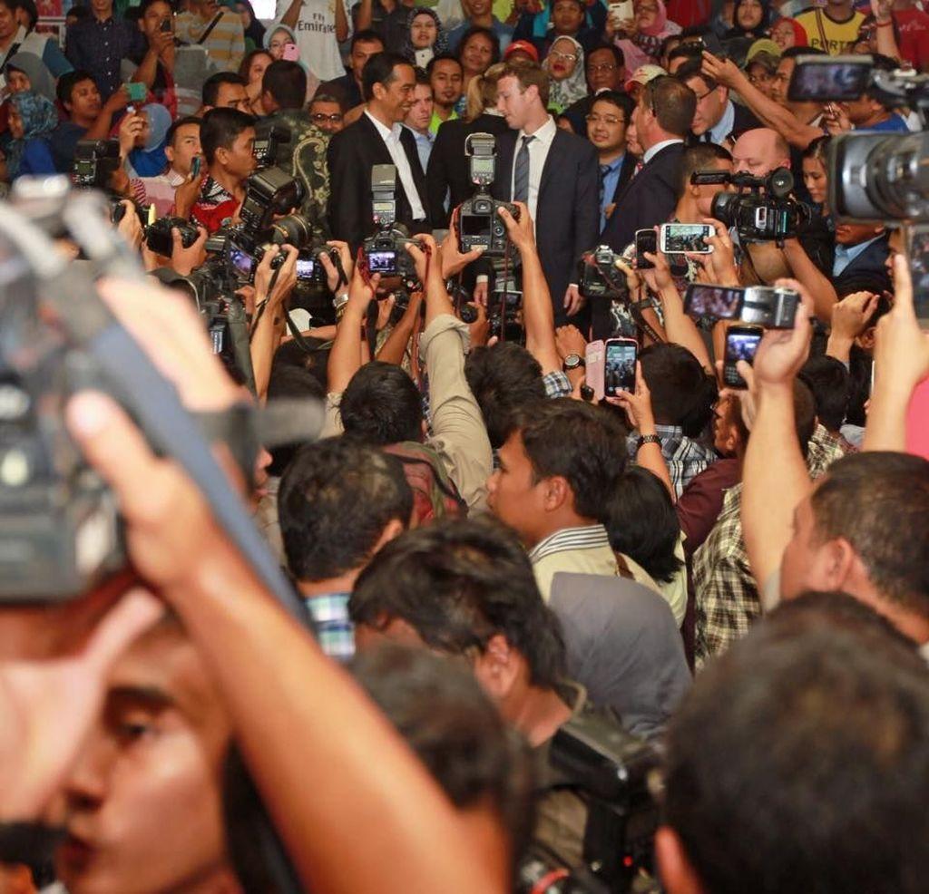 Momen Langka Zuck Pakai Jas Lengkap berkunjung di Indonesia pada tahun 2014. Bersama Presiden Joko Widodo ia diajak menyusuri pasar Tanah Abang dengan memakai jas lengkap. (Foto: Facebook/Mark Zuckerberg)