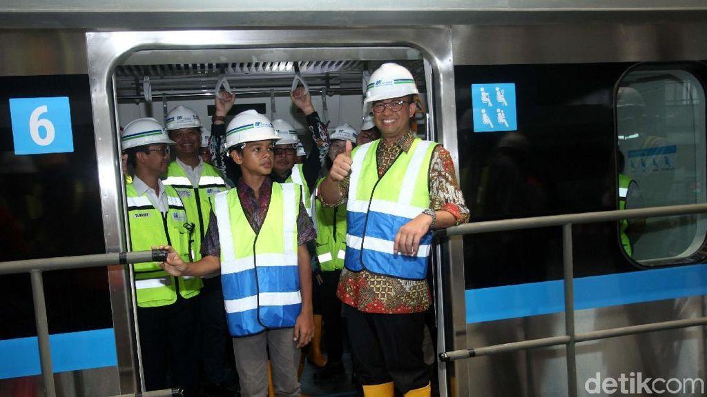 Ajak Anak, Anies Cek 12 Gerbong Pertama Kereta MRT