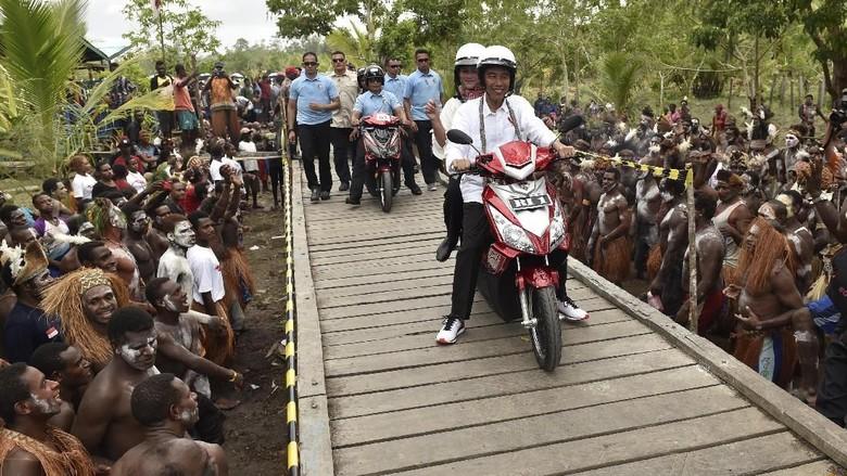 Presiden Jokowi membonceng Ibu Negara Iriana menggunakan sepeda motor menuju Kampung Kayeh di Kota Agats yang berjarak sekitar 6-7 kilometer. Motor berpelat RI-1 itu menggunakan tenaga listrik. (Foto: ANTARA FOTO/Puspa Perwitasari