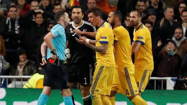 Gianluigi Buffon mendapat kartu merah dari wasit Michael Oliver.
