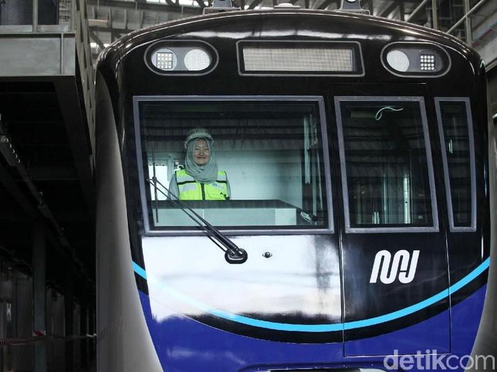 Anies Baswedan meninjau kereta mass rapid transit (MRT) di Depo Lebak Bulus, Kamis (12/4/2018). Gubernur DKI Jakarta itu datang dengan ditemani putranya Kaisar Hakam Baswedan.