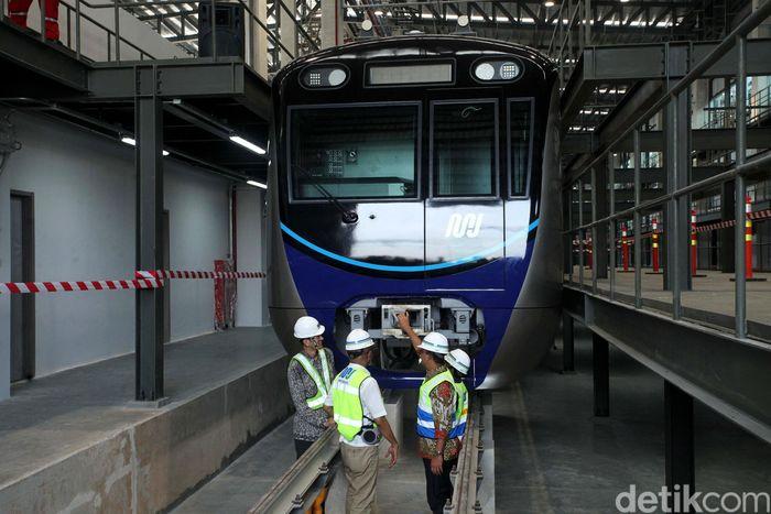 Anies tiba di lokasi pukul 08.05 WIB. Dia langsung meninjau kereta MRT.
