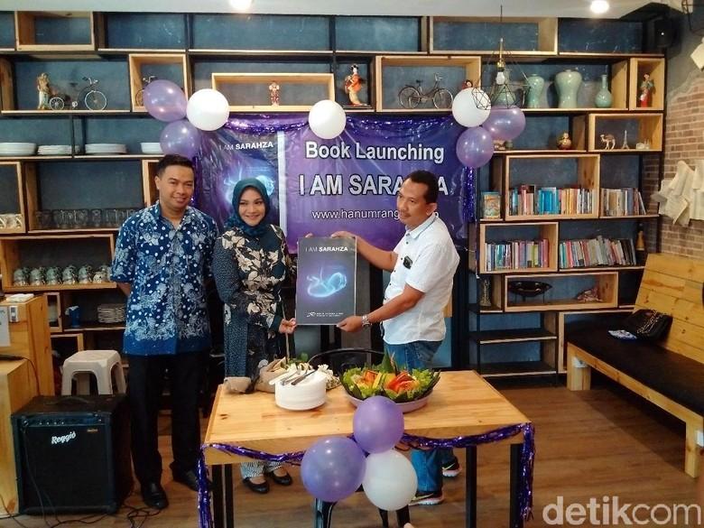 Foto: Hanum dan Rangga, soft launching novel I Am Sarahza di Yogyakarta. (Ristu Hanafi/detikcom)